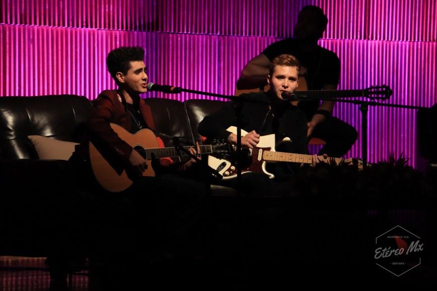 Bohemia 44 Yubeili y Saak interpretando una canción de Aleks Syntek