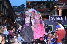 La alfombra se llenó de color con la llegada de las mojigangas, que encabezaron un pequeño desfile de la caravana representativa de México antes de darle paso a Líbano.
